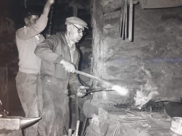 Vitorio Arribas fue el herrero de Navarredonda muchos años. Trabajando en la fragua de Barajas. Fotografía: Eva Veneros.