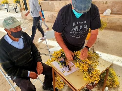 Todos los vecinos participan en la decoración para el Festival del Piorno en flor 2021.