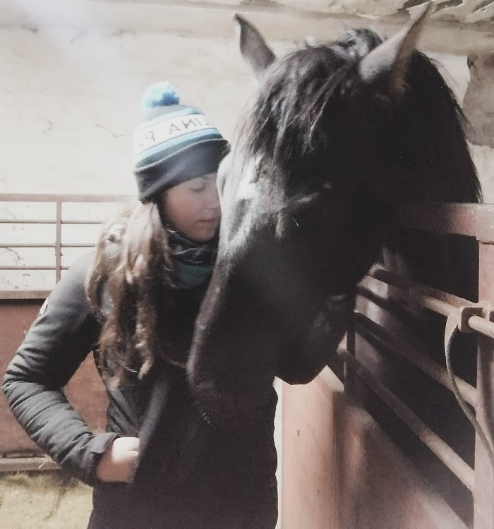 Irene Lorenzo doma caballos en Gredos.
