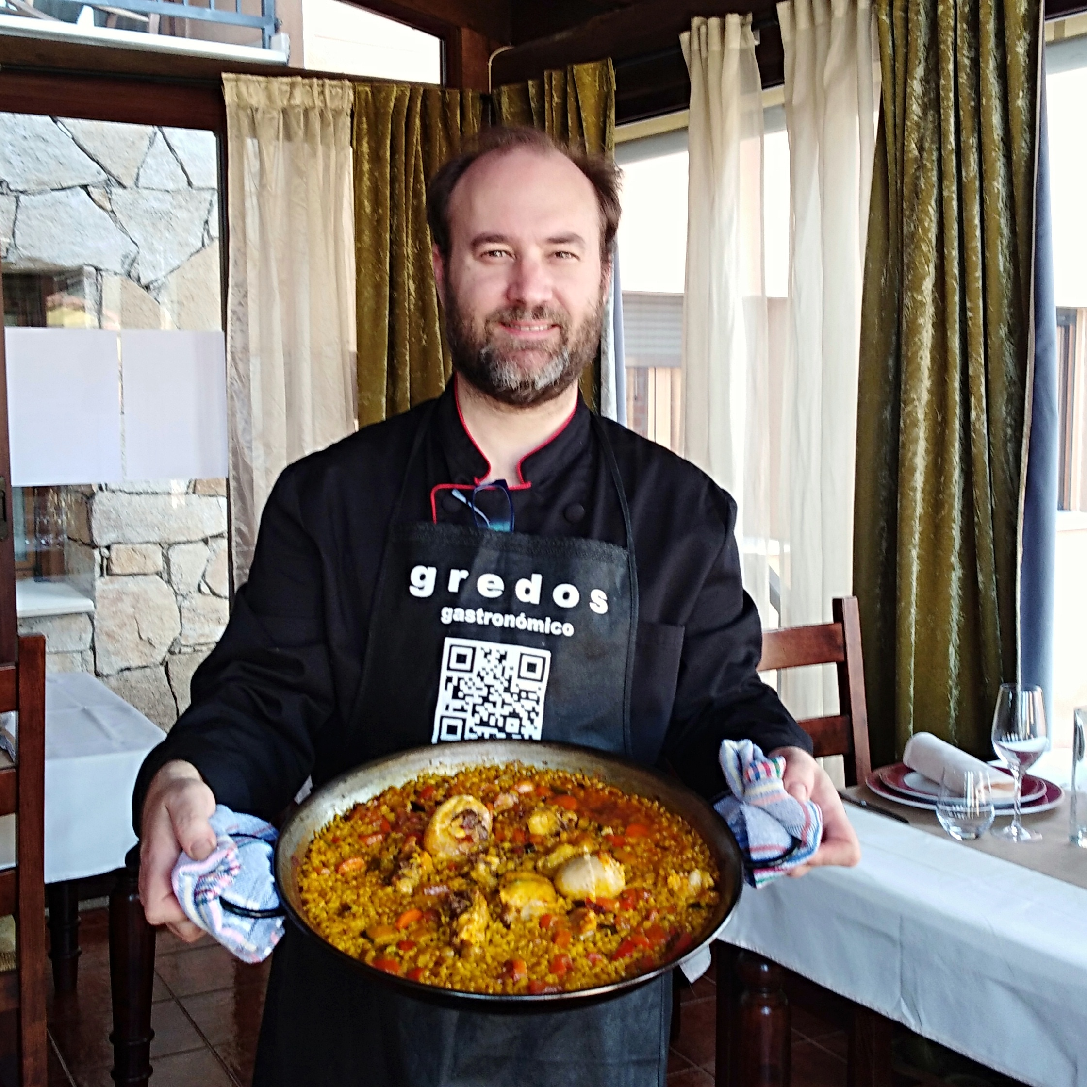 Daniel Pérez cocinando en su restaurante El Yantar de Gredos, en San Martín del Pimpollar.