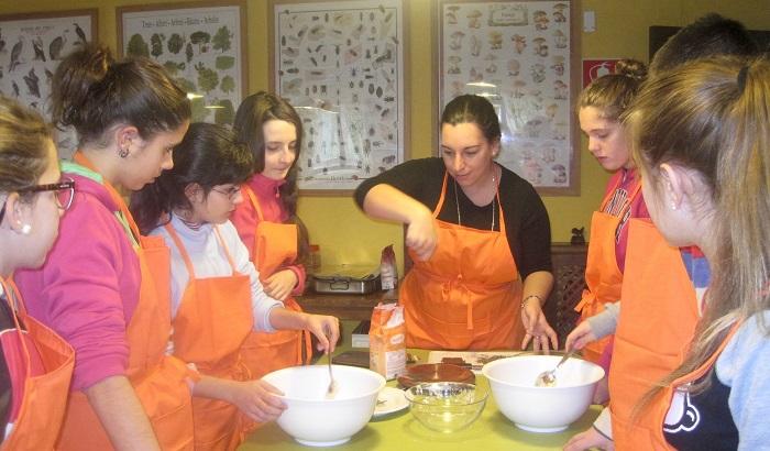 Clase de cocina en el campamento de Gredos Center. Navarredonda de Gredos. Ávila.