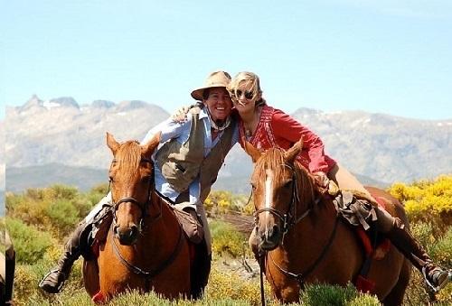 A caballo entre piornos en Gredos. Foto: Equiberia.