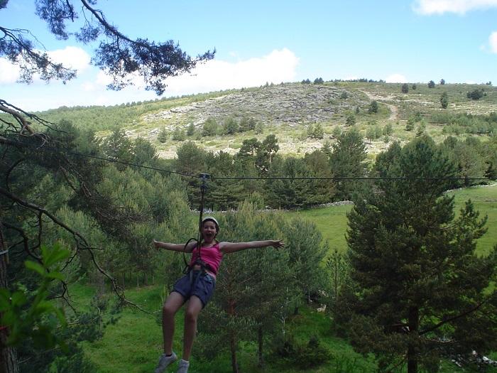 Tirolina en el pinar de Navarredonda. Campamento de verano.
