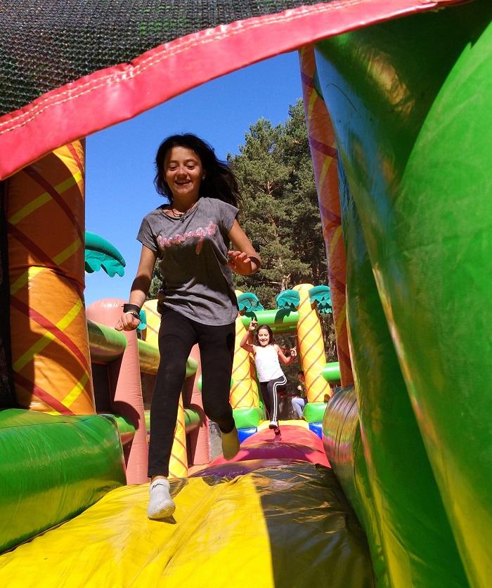 Algunos campamentos instalan inflables. Campamento de verano en Gredos.