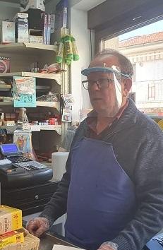 Ángel, al pie del cañon, en su tienda de Hoyos del Espino.