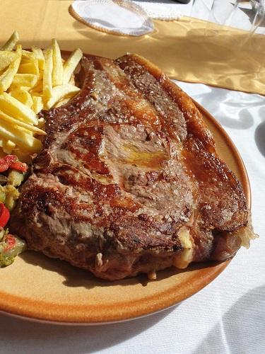 Chuletón del Restaurante La Plataforma de Gredos. Hoyos del Espino. Ávila. Comer en Gredos.