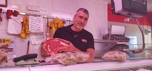 Jose en el Supermercado Covirán. El Chuletón de Gredos. Navarredonda. Ávila. Comprar en Gredos.