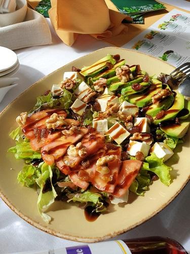 Ensalada del Restaurante La Plataforma de Gredos. Hoyos del Espino. Ávila. Comer en Gredos.