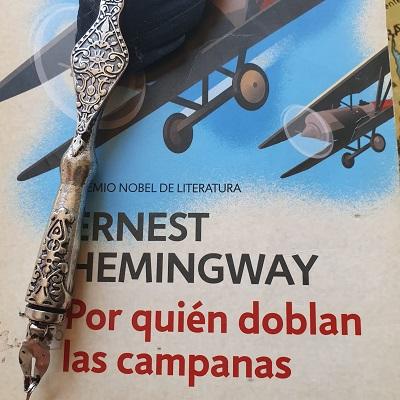 Montaje fotográfico con la portada del libro de Hemingway ¿Por quién doblan las campanas?. Escritores en Gredos.