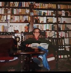El escritor Manolo Villamor en su casa de Barajas, Navarredonda de Gredos.