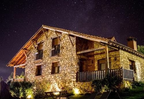 La Casa del Altozano, en Navarredonda de Gredos, Ávila, fue reconocida en 2020 con el Premio Internacional al Mejor Alojamiento Starlight 2020. Foto:@fernandoapausa